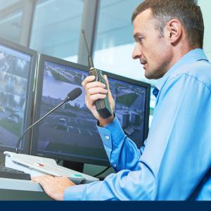 Sicherheitsmitarbeiter für Behörden kontrolliert Kameras im Bundesministerium
