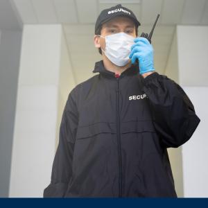 Security Mitarbeiter mit Funkgerät beim Kontrollgang