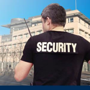 Security Mitarbeiter im Objektschutz, Botschaft im Hintergrund