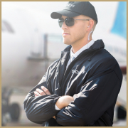 Sicherheitsmitarbeiter am Flughafen bewacht Flugzeug